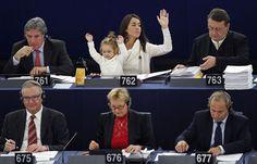O tiozão do lado esquerdo tá curtindo de montão - Licia Ronzulli com a filha durante votação do Parlamento Europeu na terça-feira. (Foto: Vincent Kessler/Reuters)