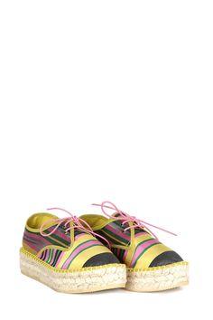 Zapato realizado en seda natural, plataforma de yute y suela de caucho, con cordones a rayas verdes y amarillas