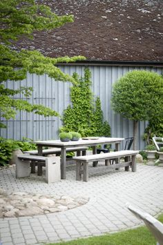 Outdoor Living. Eating. Pavers, Grass & Stones with Weathered Wood :: Hemlängtan: Trädgård