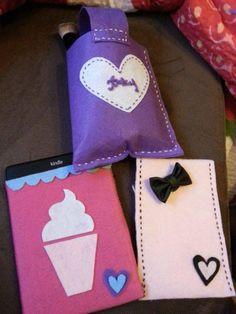 Gestalten Sie sich lustige und individuelle Handyhüllen aus Bastelfilz selbst. Mehr dazu lesen Sie bitte hier http://forum.folia.de/basteln-mit-filz/424-handyhüllen-und-kindlereaderhüllen-aus-filz