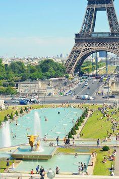 La Tour Eiffel et le Jardin du Trocadéro, Paris. Eiffel Tower, Paris, and Jardin du Trocadero