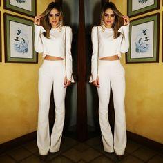 Conjunto total white com calça de cintura alta + cropped manga longa. Minimalista, o look é bem clean e exala modernidade e bom gosto.