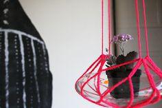 neon pink crochet plant holder...love...Pequeno Mundo , Meu lar: Jardim Suspenso crochetado...