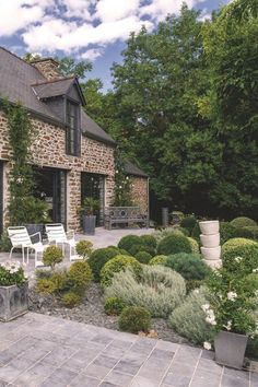 Farmhouse Style Homes Exterior Design Ideas - New Decoration French Cottage, Cottage Style, Beautiful Gardens, Beautiful Homes, Stone Houses, Facade House, Exterior Design, Backyard, House Design
