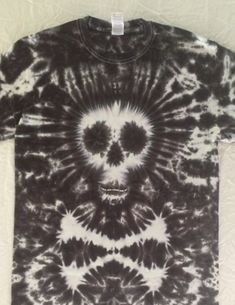 Skull & crossbones tie dye tee - perfect for Halloween or a Pirate Party! Diy Tie Dye Shirts, Diy Shirt, T Shirt Reconstruction, Tie Dye Party, Tie Dye Crafts, Tie Dye Techniques, Diy Clothing, Clothes Refashion, How To Tie Dye