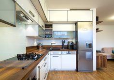 Kuchyňská linka je ve tvaru písmene L.