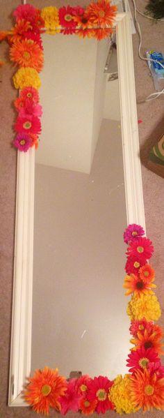 18 Modern Mirror Ideas >> For More Modern Mirror Decor Ideas Diy Mirror, Mirror Ideas, Mirror Crafts, Home Crafts, Diy And Crafts, Dorm Accessories, Flower Mirror, Diys, Traditional Bedroom