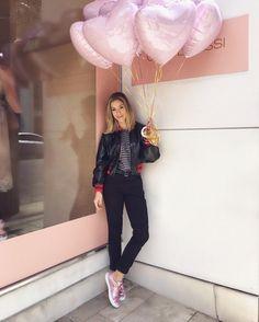 Tarde especial com ela minha Fhits power blonde @helena_lunardelli para o lançamento do dia: o sneaker rosa metalizado da parceria desejo @olympikus e @carolbassibrand  #FhitsTeam #OutubroRosa #OlympikusParaCarolBassi