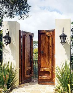 American Style Is Outdoor Life Cottage Exterior Entry perhaps for a secret garden or side yard pool etc etc Boho Glam Home, Wooden Garden Gate, Garden Gates, Garden Entrance, House Entrance, Spanish Style Homes, Spanish House, Spanish Colonial, Hacienda Style Homes