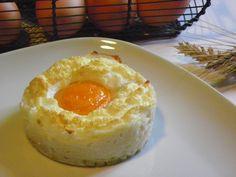 Une recette comme je les aime :) toute simple, jolie et très bonne ! La meilleure façon de le savoir, c'est d'y goûter n'est-ce-pas ? A déguster avec une salade pour le repas de ce soir... J'ai utilisé les empreintes grands ronds Guy Demarle et c'est... Camembert Cheese, Entrees, Caramel, Brunch, Food And Drink, Pudding, Comme, Cooking, Desserts