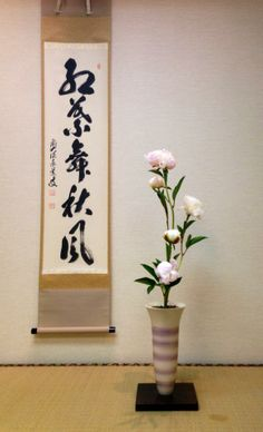 ikebana and a scroll Creative Flower Arrangements, Ikebana Flower Arrangement, Ikebana Arrangements, Beautiful Flower Arrangements, Floral Arrangements, Beautiful Flowers, Japan Flower, Sogetsu Ikebana, Buddha Decor