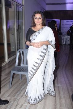 Vidya Balan at Yes Bank Event : Vidya kept it strictly simple and sober with a thin bordered white Joy Mitra sari. While I liked the makeup, the casual hairstyle gave the look away. Vidya Balan Hot, Indian Look, Casual Hairstyles, Bollywood Saree, Celebrity Red Carpet, Bollywood Celebrities, Red Carpet Fashion, Saree Collection, Indian Beauty