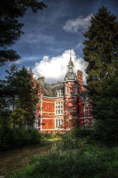 "Abandoned castle in Belgium. The words ""Abandoned"" and ""Castle"" really don't belong together. Who ABANDONS a friggin' CASTLE? Abandoned Property, Abandoned Castles, Abandoned Places, Beautiful Castles, Beautiful Buildings, Beautiful Places, Old Mansions, Abandoned Mansions, Old Buildings"
