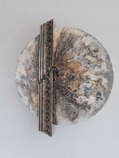 Dekoracja ścienna - rodzaj obrazu przestrzennego. Wykonana na bazie styropianowej o średnicy 50 cm. Przygotowałam ją z myślą o najbliższych ...