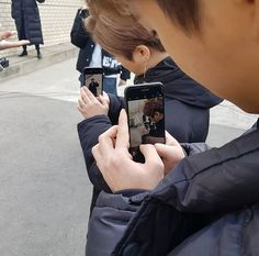 Chanwoo taking a picture of Hanbin taking a picture of Jinhwan taking a picture of Yunhyeong Kim Jinhwan, Chanwoo Ikon, Funny Kpop Memes, Kid Memes, Koo Jun Hoe, Ikon Wallpaper, Cute Icons, Yg Entertainment, Handsome Boys