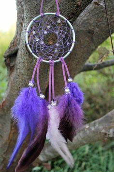 cerceau en acier et ficelle en couleur violet, plumes violets, exemple d'attrape rêve génial