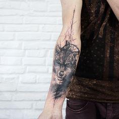 Tatuagem feita por Paulo Victor Skaz de Recife. Aquarela em tons de preto e cinza no braço, formando imagem de lobo.