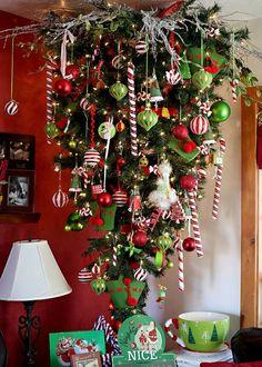 Kerstboom aan het plafond. Weinig ruimte in huis? hang de boom gewoon aan het plafond!