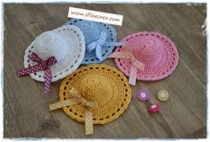 Mini cappellini a uncinetto   Sfilo e Creo: tutorial e schemi Easy Crochet Patterns, Diy Crochet, Crochet Crafts, Crochet Projects, Barbie Clothes Patterns, Crochet Barbie Clothes, Habit Barbie, Little Cotton Rabbits, Crochet Rabbit