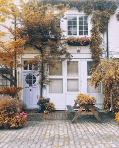 Feeling all the fall feels? Kick your autumn inspiration into high gear by sneaking a peek at a few of our favorite fall-inspired front porches. Interior Exterior, Exterior Design, Beautiful Homes, Beautiful Places, Beautiful London, House Goals, Autumn Home, Autumn Inspiration, Porch Decorating