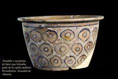 Alcadafe o recipiente de barro que formaba parte de la vajilla andalusí, se usaba para las tareas domésticas. Perduró más tarde, en el mundo cristiano, en forma de lebrillo o barreño.