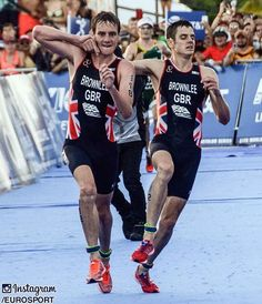 Alistair Brownlee helped his struggling brother Jonny cross the finish line at the ITU World Triathlon Championships 👏🏅🇬🇧 #Eurosport #Triathlon #ITU #WorldChampionship #Mexico #Cozumel #Quintana #Athlete #Athletes #Athletics #Alistair #Jonny #Brownlee #Britain #British #GreatBritain #GB #TeamGB #GBR #Brothers #Brother #Family