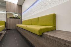 Wände, Sitzbank, Schränke und Theke – alles präsentiert sich ...