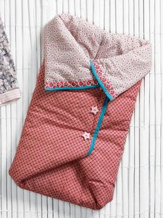 Burdastyle sleeping bag - FREE PATTERN, Who says babies can't go camping? Keep your little snug and warm in this padded sleeping bag. Of course, this pattern works just as well for extra comfort on plane flights, long car rides, or afternoons out. Baby Sewing Projects, Sewing For Kids, Sewing Hacks, Sewing Tutorials, Free Sewing, Diy Projects, Baby Patterns, Sewing Patterns, Couture Bb