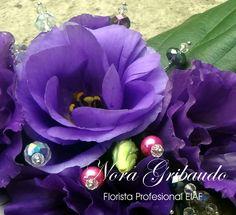 Arreglo floral, violeta y verde.