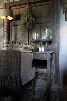 Dunkles solides Holzinteriör in Wabi Sabi stil Room Color Schemes, Room Colors, Style At Home, Wabi Sabi, Unusual Homes, Small Room Bedroom, Rustic Interiors, Beautiful Interiors, Home Fashion
