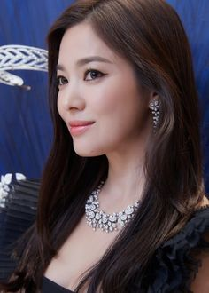 Song Hye Kyo shines brightly in recent photos taken at a dinner show event on October actress shone like a star at the Chaumet Pa… Eyeliner Looks, Black Eyeliner, Korean Beauty, Asian Beauty, Korean Girl, Asian Girl, Korean Wave, Asian Woman, Song Hye Kyo Style