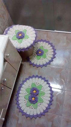 Conjunto de barbante composto por 3 peças , com flores em alto relevo.  Dimensões aproximadas das peças:  Tampo do Vaso: 50 cm de largura e 54 cm de comprimento  Tapete do Vaso: 52 cm de largura e 46 cm de comprimento  Tapete da Pia: 64 cm de largura e 56 cm de comprimento
