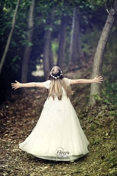 Communion by Manuel Orero on Young Girl Photography, Creative Photography, Children Photography, Photography Poses, Communion Hairstyles, Fotografia Tutorial, Girls Communion Dresses, Princess Photo, First Holy Communion