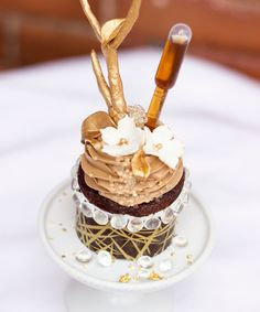 Just as you thought the cupcake craze had finally crumbled, Le Dolci Bakery in Toronto presents what is thought to be the most expensive cupcake in the world.