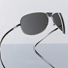 Lunettes Chanel - Mode lunettes - Conçues dans la plus grande finesse, ces lunettes de soleil au look masculin-féminin se parent en leur centre et sur leurs branches d'écaille de varan, un lézard originaire de la vallée du Nil...