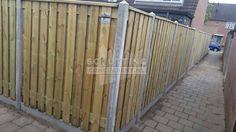De basis hout (grenen 21-planks) beton (grijs/wit) schutting