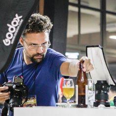 Concentração para fazer o melhor clique! É raro ter alguém fazendo fotos de bastidores do meu trabalho. Então valeu pelo registro @cervanossadecadadia! #fotografia #foodphotography #cerveja #beer #festivaldacerveja