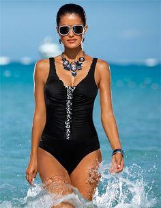 Der Badeanzug mit Rüschen: ein femininer Partner für Ihren Beach-Auftritt.
