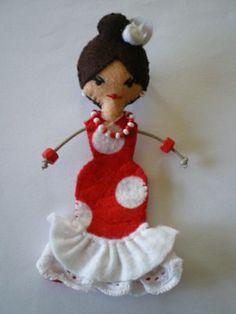 Bailarina de Flamenco ~ how cute is that? Yarn Dolls, Felt Dolls, Brooches Handmade, Handmade Beads, Felt Diy, Felt Crafts, Felt Quiet Books, Felt Decorations, Felt Patterns