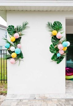 Today's poolside Palm Springs inspired engagement party is meant to celebrate trendy, young lovers everywhere! With pops of color, tropi. Aloha Party, Party Kulissen, Tiki Party, Ideas Party, Shower Party, Hawaiin Theme Party, Baby Shower, Tropical Party Decorations, Bachelorette Party Decorations