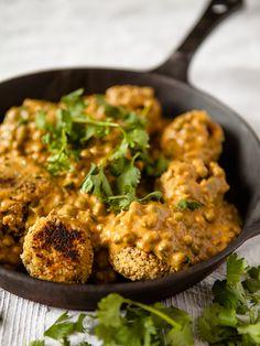 Vegan Chickpea Meatballs in Creamy Curry Cashew Sauce Healthy Food Vegan Vegetarian, Vegetarian Recipes, Cooking Recipes, Healthy Recipes, Vegetarian Meatballs, Vegan Curry, Cashew Sauce, Clean Eating, Healthy Eating