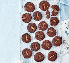 Elf & Santa cupcakes | Recipe in 2020 | Santa cupcakes ...