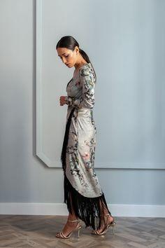 vestido estampado manga largada cruzado de terciopelo con flecos negros para invitadas apparentia Cocktail Outfit, Budget Template, I Dress, Free Pattern, Sari, Fancy, Street Style, My Style, How To Wear