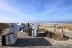 Noch kann man hier einen Platz ergattern. Die ersten Strandkörbe sind auf Spiekeroog aufgestellt worden. Ich habe mich heute reingesetzt, warm eingepackt, einen heißen Milchkaffee genossen und beim Meeresrauschen an den geheimen Auftrag gedacht, den Till Türmer hier mit sehr gemischten Gefühlen angenommen hat. #Roman #Ostfriesland #Meer #Liebe #Weite #Aurich #Krummhörn #Greetsiel #Neuharlingersiel