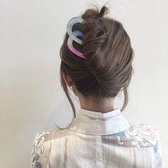 【hair arrange process】  1.1束にしてねじります。  2.ねじった髪を上にあげます。  3.毛先をねじった部分におさめます。  4.コームで固定して完成です。  #ヘアセット#ヘア#浴衣#お祭り#ヘアアレンジ#簡単アレンジ#ボブ#編み込み#ヘアメイク#ファッション#コーデ#メイク#ネイル#くるりんぱ#女子会 #結婚式#コーディネート #book#bridal#hairmake#ootd#hair#hairarrange#fashion#makeup#beauty#nail