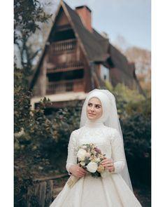 """225 Beğenme, 2 Yorum - Instagram'da Zeynep + Seyfullah Yalçınkaya (@fotografevim): """"Gelinimiz Merve Çekimlerimiz hakkında bilgi almak için DM'den veya whatsapptan ulaşabilirsiniz …"""" Bridal Hijab, Hijab Bride, Muslim Wedding Dresses, Save The Date Photos, Moda Emo, Before Wedding, Beautiful Hijab, Hijab Fashion, Bride Groom"""
