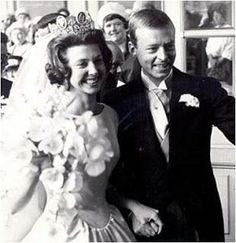Princess Désirée wore the same dress 1964 as her 1 year older sister, Princess Birgitta, wore at her wedding in 1961.