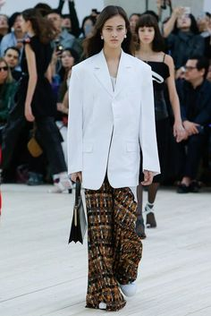 Celine Spring 2017 Ready-to-Wear Fashion Show Love Fashion, Runway Fashion, High Fashion, Fashion Show, Fashion Looks, Fashion Outfits, Fashion Design, Celine, Just Girl Things