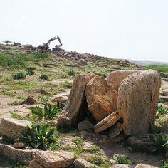 Le champs de dolmens de Damiya enJordanie : : dans la vallée du Jordan ce trouvent les dolmens de Damiya, construits en arénite, ils sont constitués de pierres verticales supportant une roche plate horizontale formant ainsi de petites chambres. Près de 300 pièces sont visibles dans cette vallée.