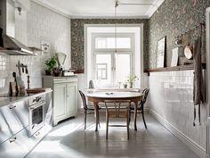 Bohemian Scandinavian boho vintage kitchen ideas and decor, William Morris Pimpernel wallpaper, stainless steel kitchen, fleamarket furniture, antiques